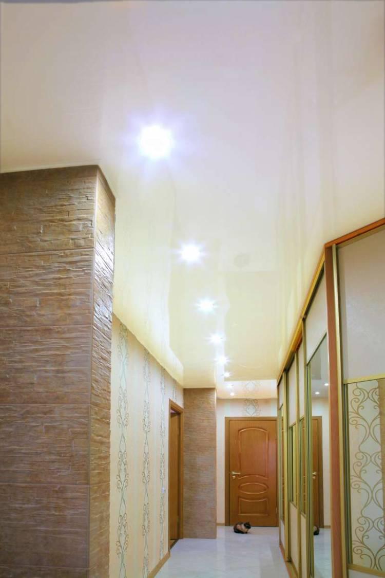 точечные светильники в прихожей фото совмещение светлых темных