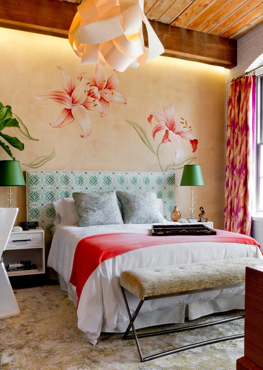 Рисунок над кроватью в спальне фото
