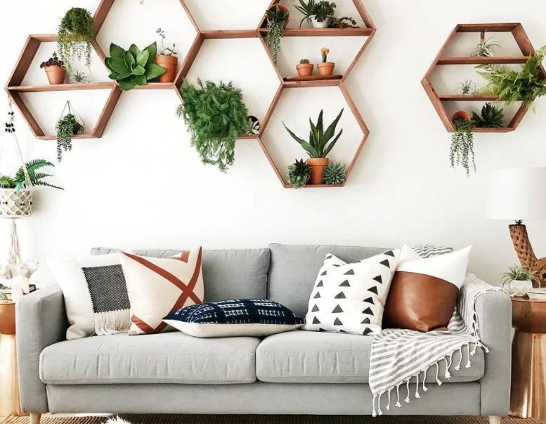 Как оформить стену над диваном в гостиной