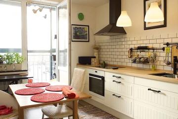 Современный интерьер кухни без верхних навесных шкафов