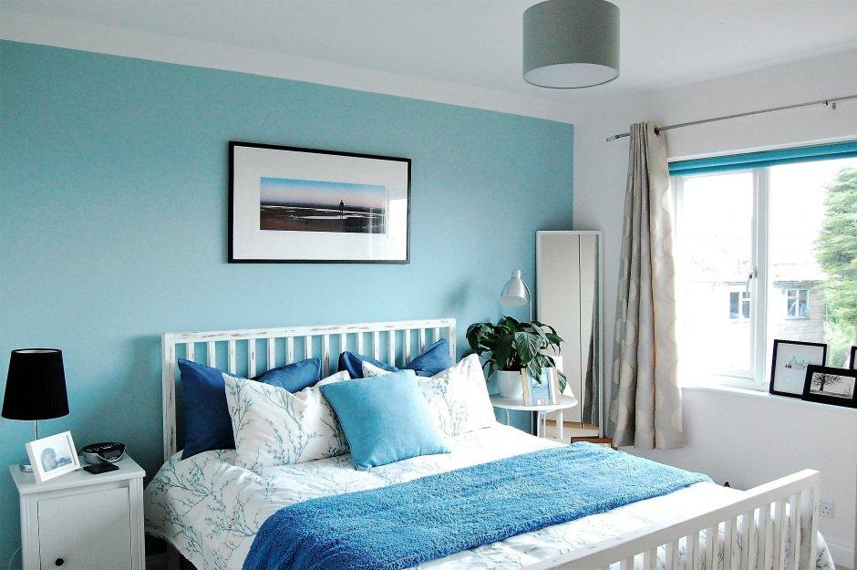 голубая стена спальни