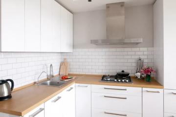 Дизайн белой кухни с деревянной столешницей