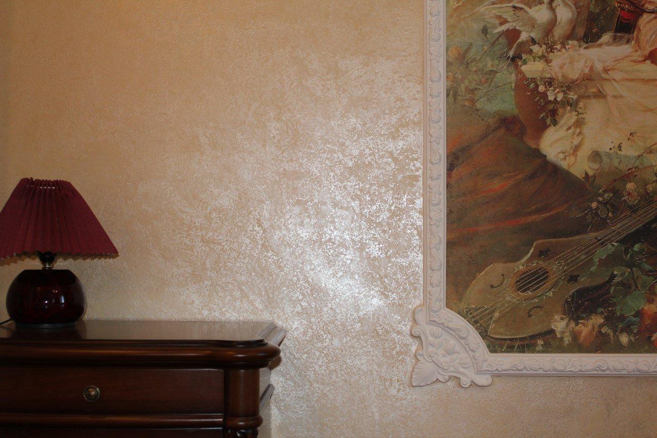 Обои имитация под венецианскую штукатурку на стенах